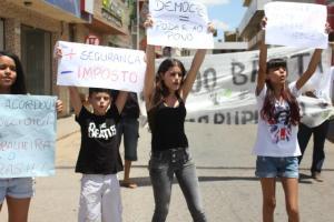 Jovens protestam nas ruas de Irecê (BA)