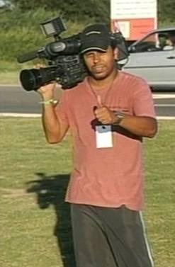 O cinegrafista da TV Bandeirantes que foi atingido por um rojão durante protesto no Centro do Rio Reprodução da TV Globo